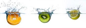 Orange Zitrone Kiwi im Wasser