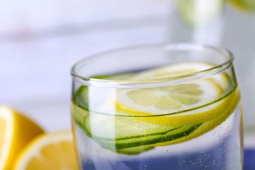 Spritzschutz Zitronenwasser